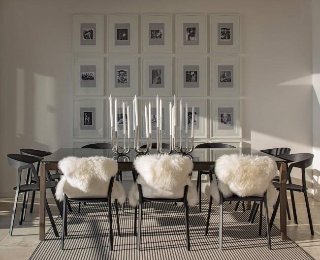Красивое сочетание стильных канделябров и меховых накидок на стульях