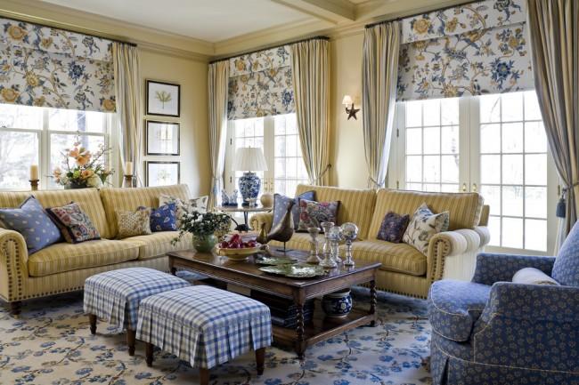 Красивое сочетание гардин и римских штор в дизайне гостиной стиля кантри