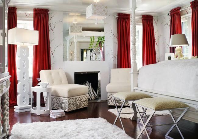 Яркие шторы добавят контраста белому интерьеру