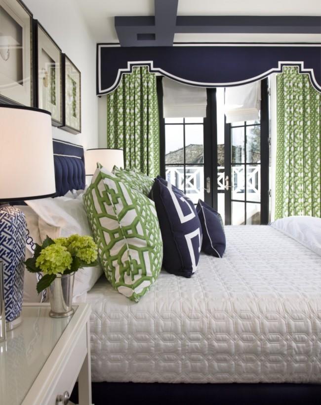 Красивая спальня со стильным багетным карнизом