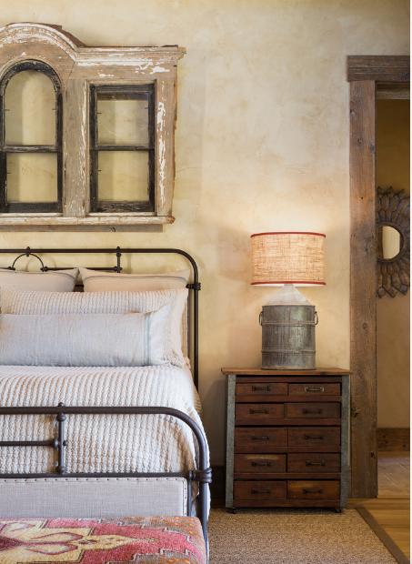 Великолепная кровать с элементами ковки в рустик интерьере