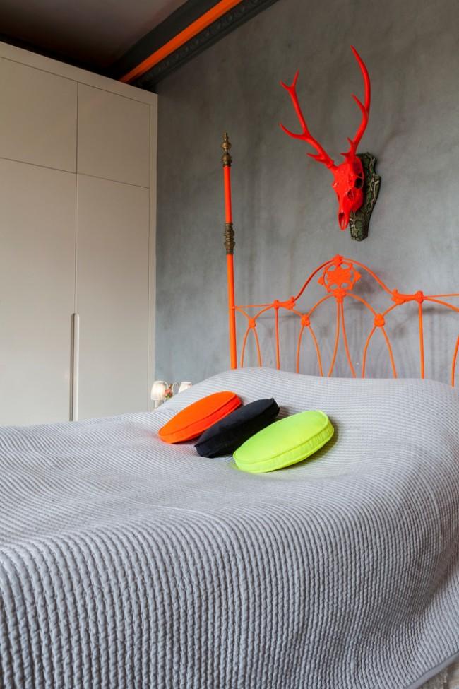Эффектное сочетание ярких деталей интерьера и серого фона в спальне стиля фьюжн