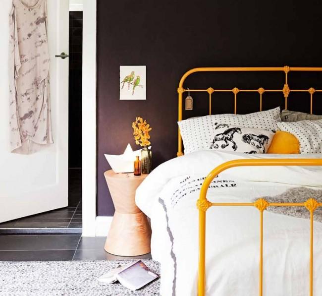 Кровать с элементами ковки в дизайне спальни стиля модерн