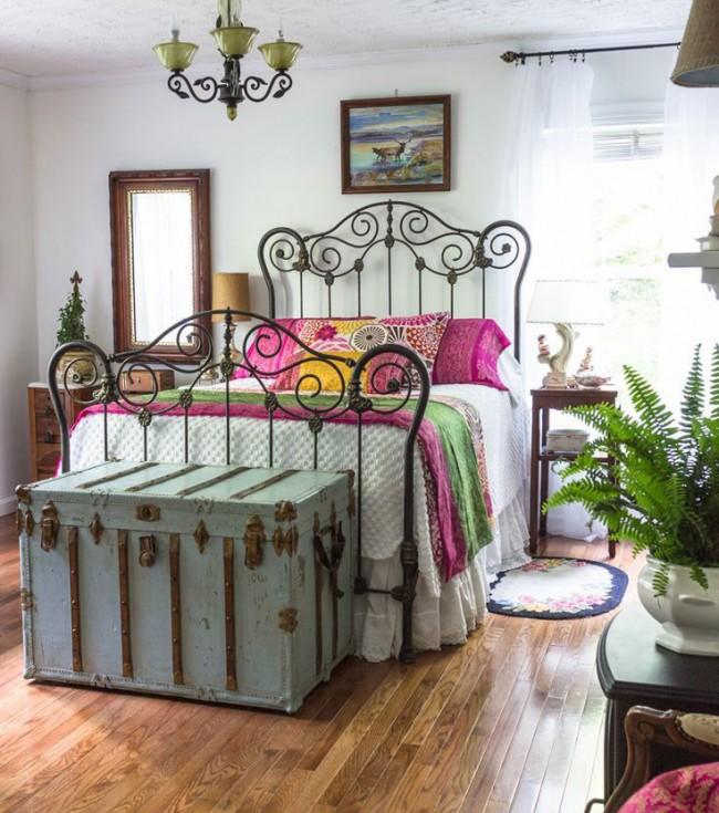 Современный рынок имеет широкий ассортимент кованых кроватей, поэтому вписать их в любой интерьер не составит особого труда