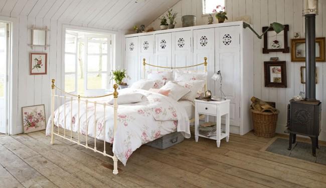 Спальная комната загородного дома в стиле прованс