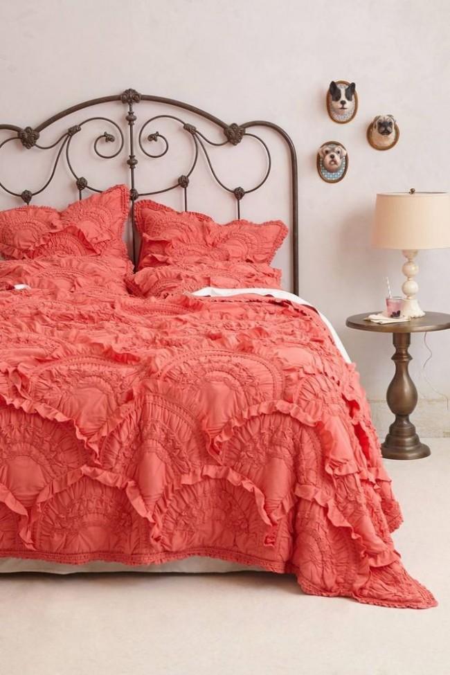 Кованые кровати прекрасно вписываются в классический интерьер спальни и придают ей европейскую аристократичность