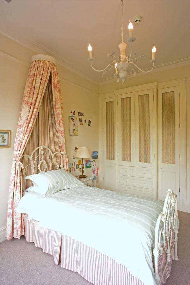 Элегантная кованная кровать в спальне бежевого цвета