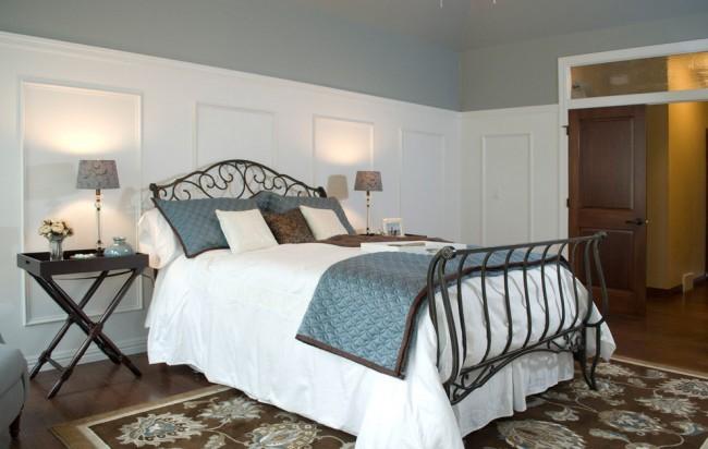 Большая кованая двуспальная кровать гармонично впишется в просторную комнату, только там она будет смотреться достаточно элегантно