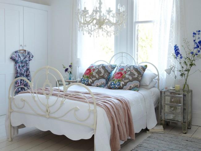 Белая кованая кровать отлично гармонирует с интерьером спальни стиля прованс