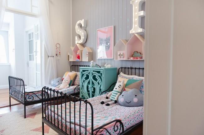 Уютная детская комната с двумя коваными кроватями