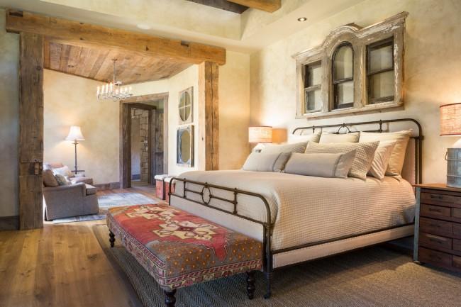 Кованая кровать, выполненная в строгой манере, в интерьере стиля кантри