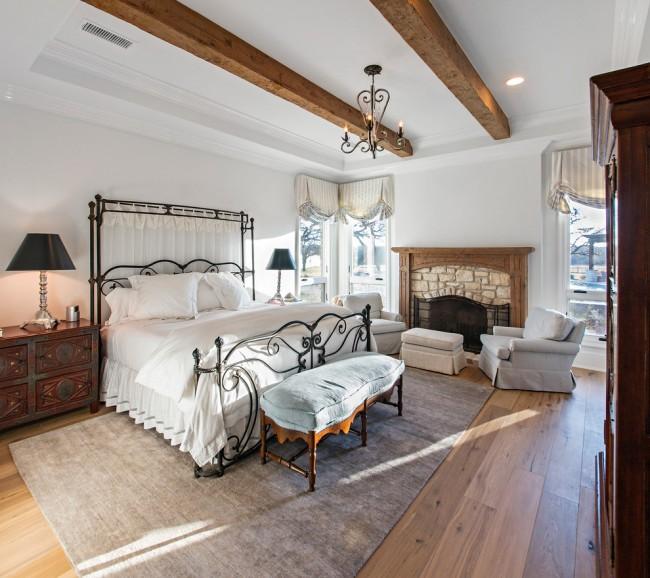 Кованые кровать и элементы декора способны погрузить вас в атмосферу Средневековья