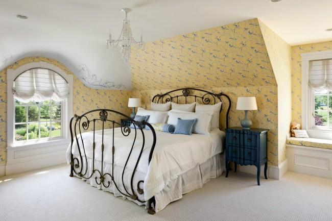 Изящные переплетения кованой кровати подчеркнут индивидуальность дома и хороший вкус хозяина
