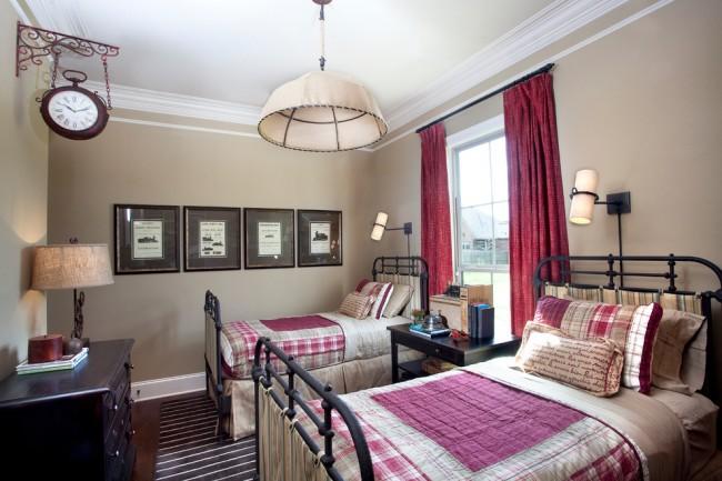 Две строгие кованые кровати в дизайне спальни классического стиля