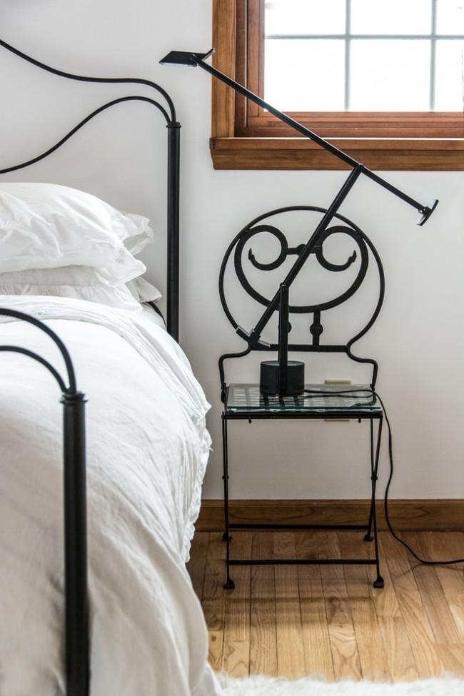 Прикроватный столик, выполненный в такой же манере, что и сама кровать поможет сделать интерьер более гармоничным