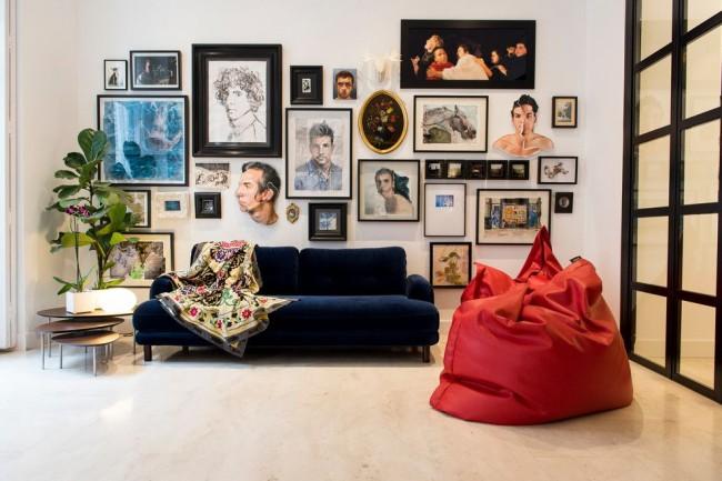 Красное кресло-мешок в эклектичной гостиной