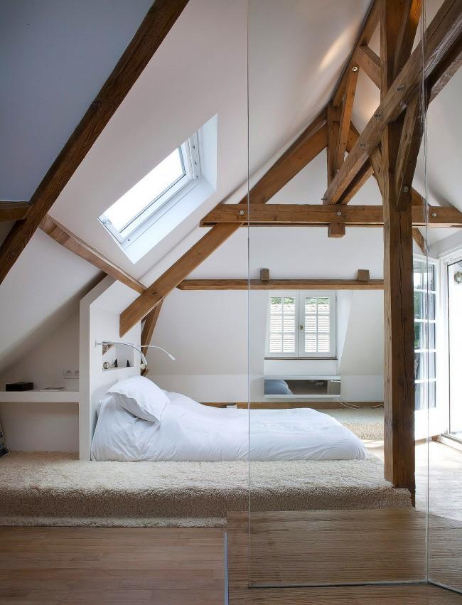 Минималистичная кровать-подиум в уютной атмосферы мансарды