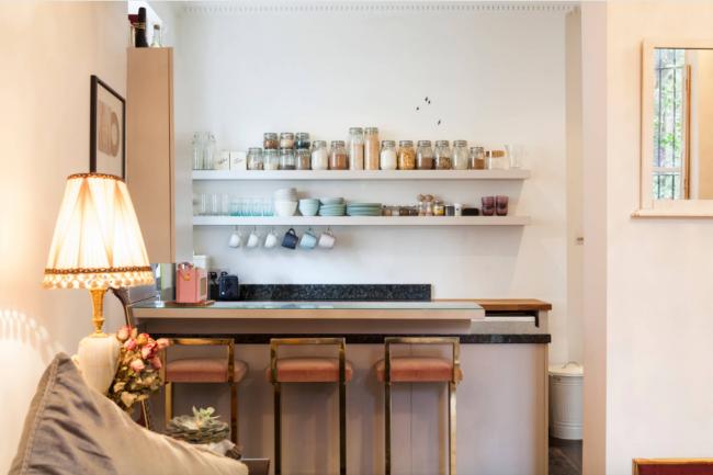 Уютная барная стойка в небольшой квартире-студии