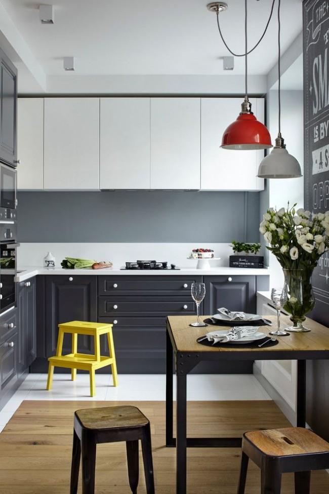 Современная небольшая кухня с яркими элементами мебели