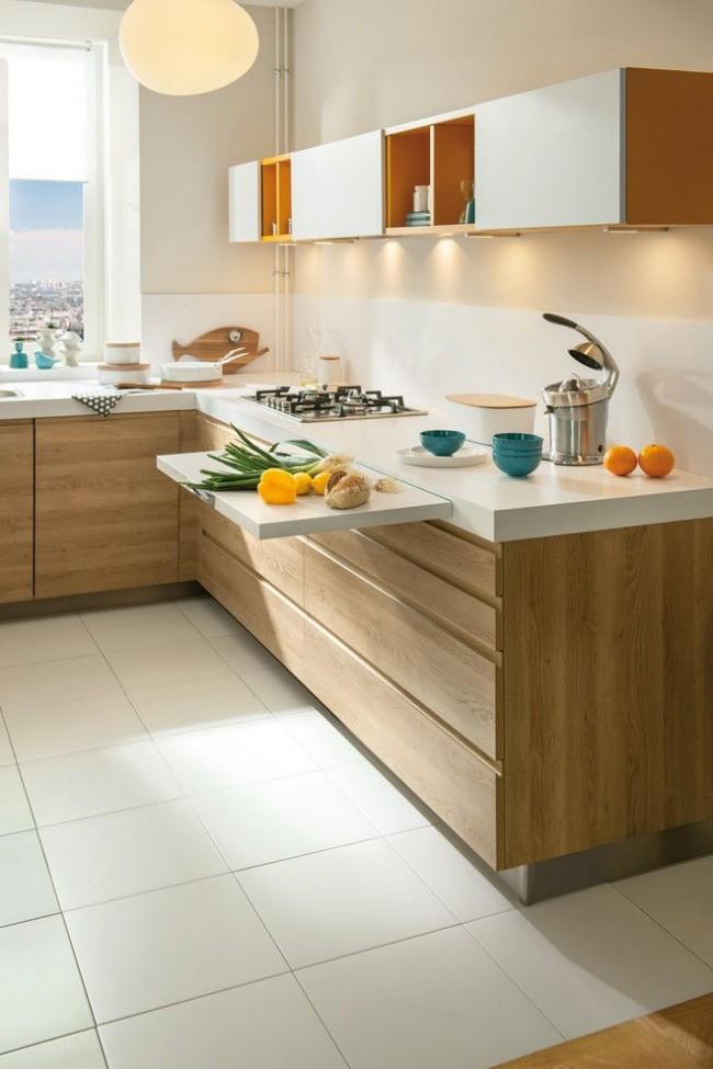 Обилие ящиков и выдвижная доска, которая увеличивает рабочую поверхность тоже уместны на маленькой кухне