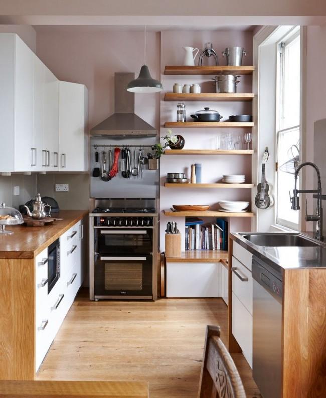 Небольшая кухня в пастельных тонах с обилием полочек и ящиков для хранения кухонной утвари