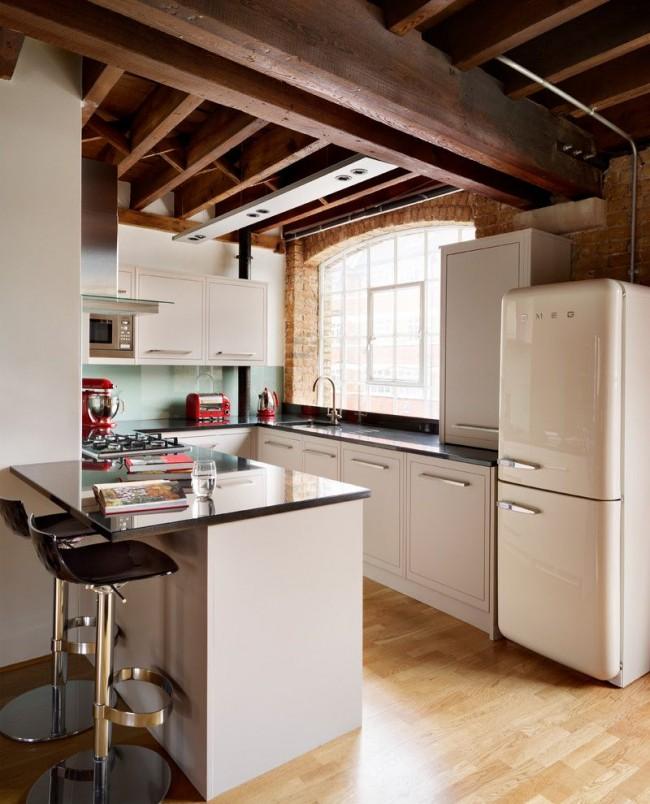 Бытовая техника вмонтированная в рабочую зону, а холодильник является разделителем между кухней и комнатой
