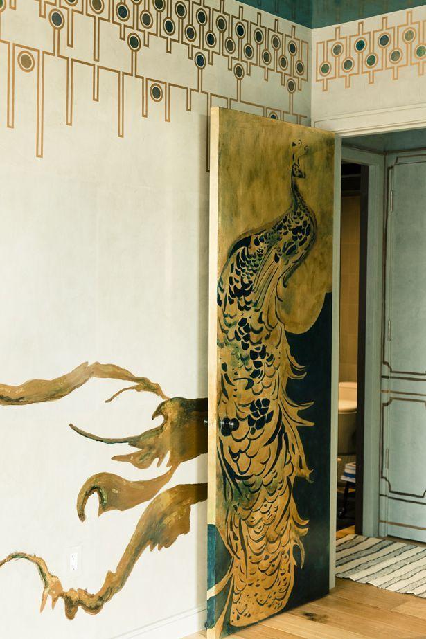 Если Вы умеете рисовать, у Вас есть отличная возможность применить свой талант для обновления старых дверей