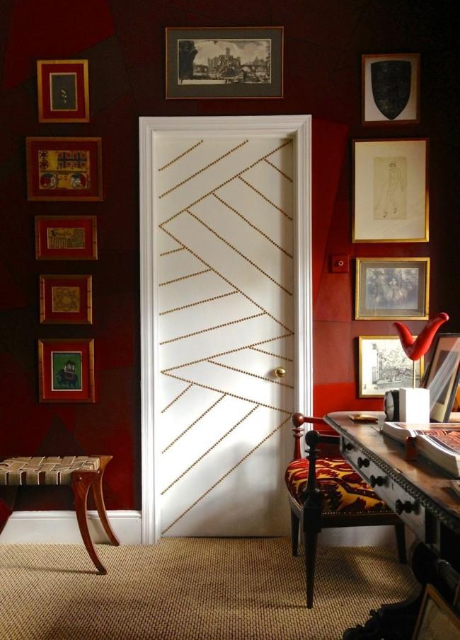 Украсить вашу дверь может даже множество золотистых заклепок, закрепленных на двери