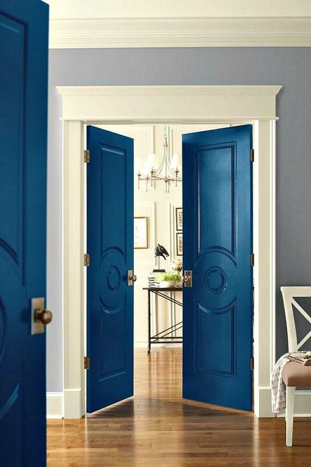 Межкомнатные распашные двери, окрашенные в синий цвет