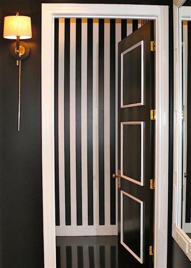 Белый молдинг на черной двери в тон основного интерьера