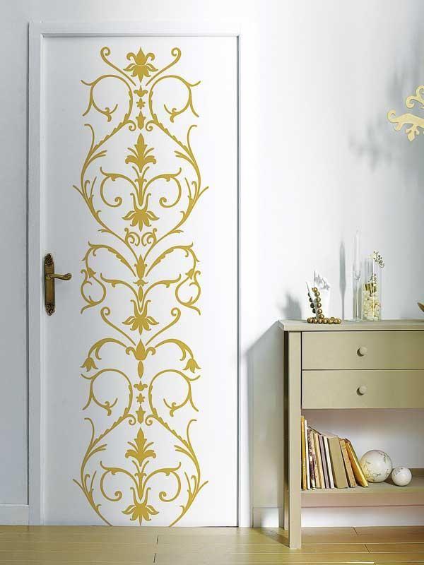 Золотистый рисунок на двери, нанесенный с помощью трафарета