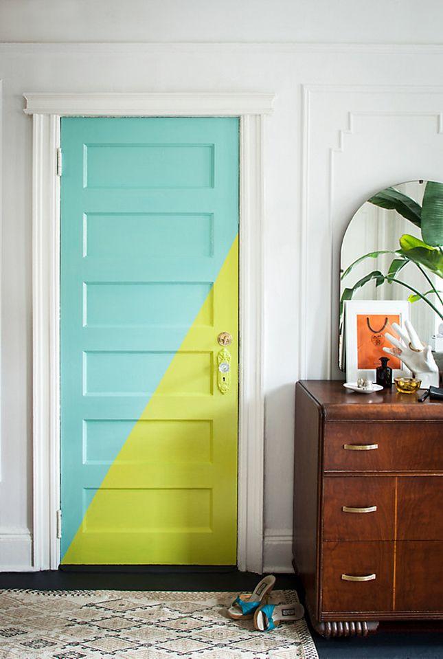 Подобная окраска дверей подойдет для людей молодых и креативных