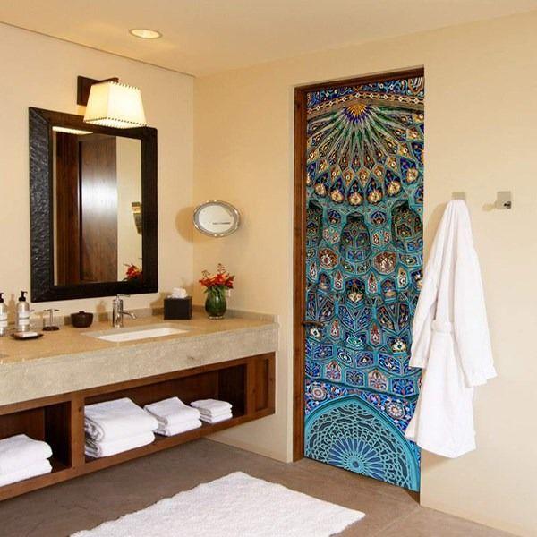 Яркие цветные обои на двери в ванную комнату