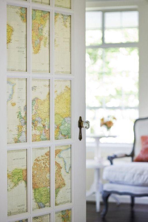 Необычный вариант нанесения обоев с картой на межкомнатные двери