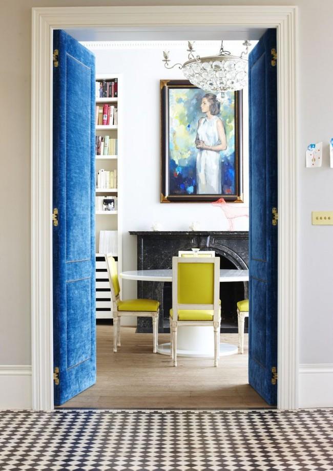 Шикарные распашные двери синего цвета с бархатной текстурой подойдут для классического интерьера