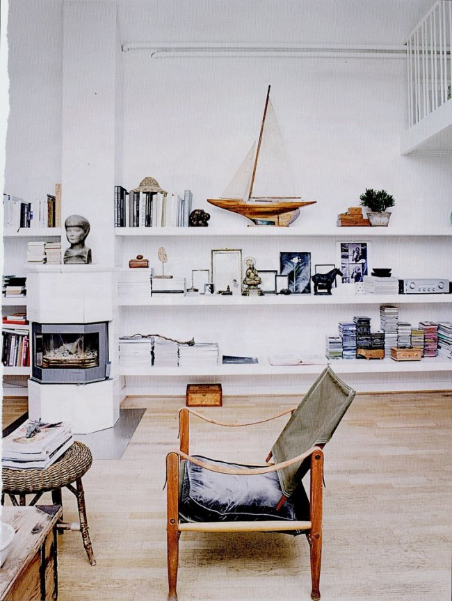 Стиль модерн в интерьере гостиной с небольшим необычным креслом
