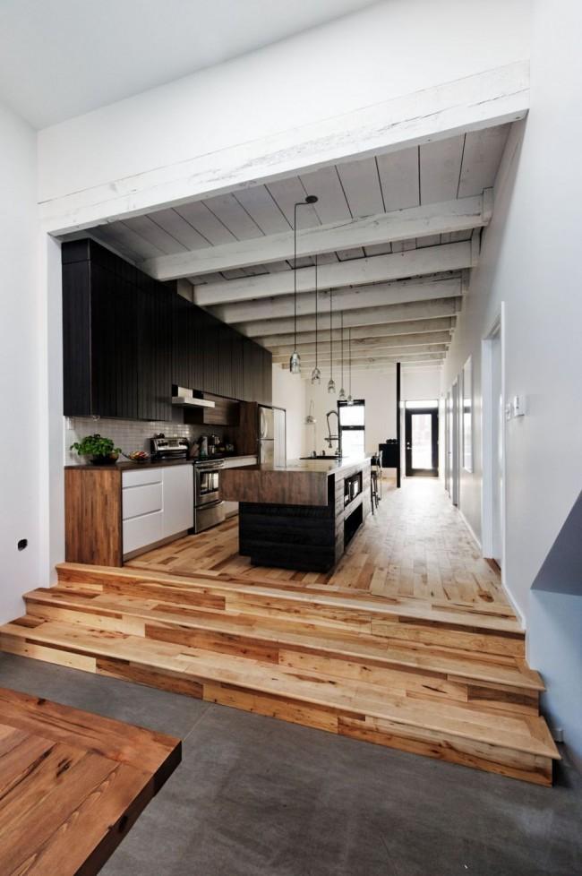 Дерево на полу и потолке в просторной кузне стиля модерн