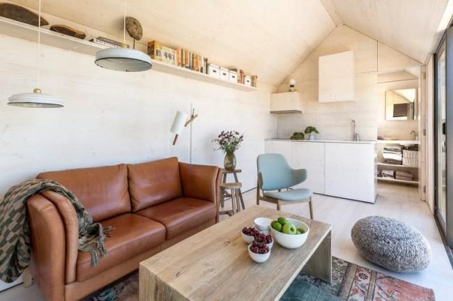 Бежево-коричневое сочетание в уютной гостиной стиля модерн