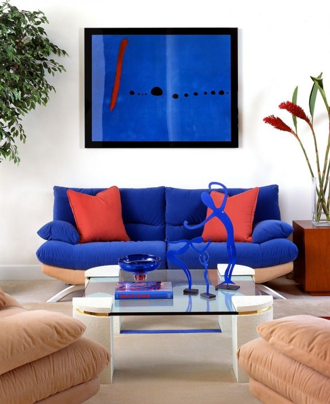 Ярко-синий диван и дополнительные аксессуары синего цвета присущи стилю модерн