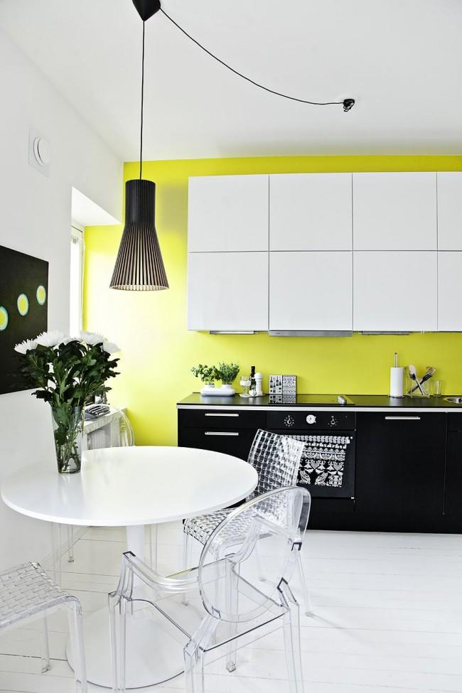 Черно-белая кухня в стиле модерн с контрастной стеной цвета лайм