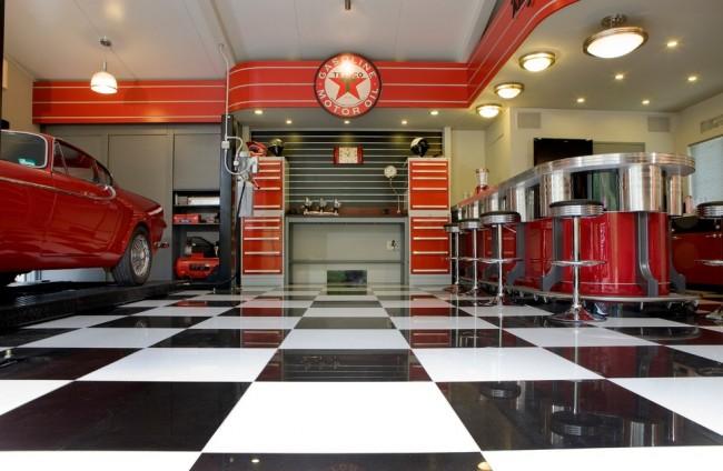 Черно-белая плитка в шахматном порядке отлично подойдет для пола вашего гаража