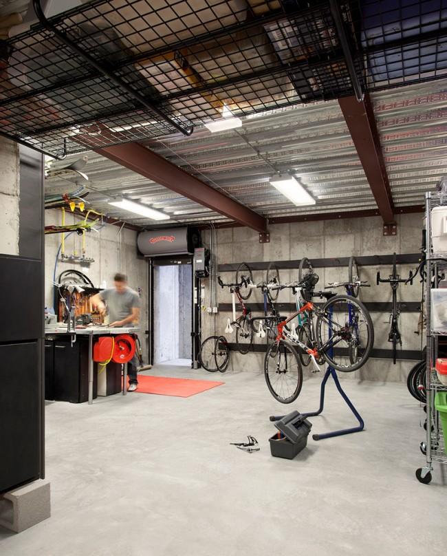 Гараж служит не только местом для укрытия автомобиля в непогоду, но и зачастую является «мини-мастерской» хозяина
