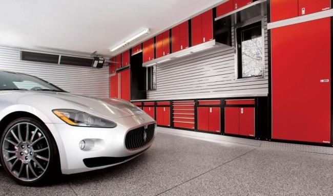 Чтобы белый интерьер гаража не смотрелся скучно, его нужно разбавить яркими цветами