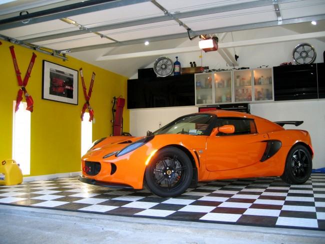 Желтый цвет в отделке гаража придаст яркости интерьеру
