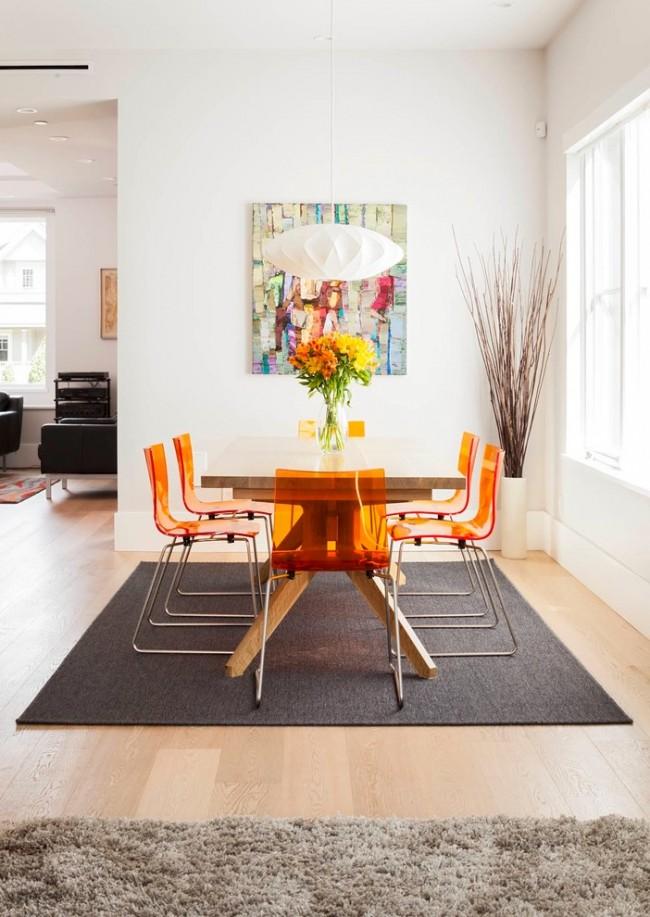 Вертикальные напольные вазы способны визуально поднять потолки в комнате