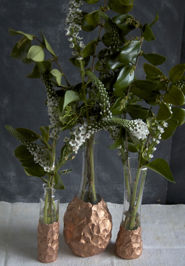 Готовые вазы, дополненные лепкой из глины. Финальный штрих - окрашивание металликовой бронзовой краской