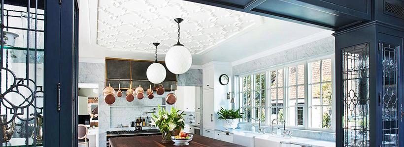 Натяжной потолок на кухне: можно ли делать и 70+ дизайнерских фотоидей  для глянцевого и матового финиша