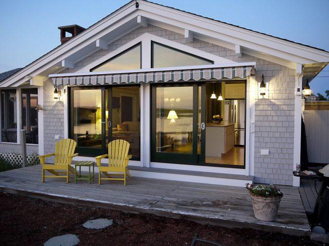 Одноэтажный пляжный дом из светло-серого кирпича