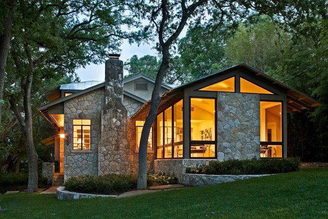 Красивый одноэтажный дом, обшитый декоративным камнем