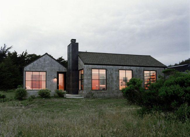 Одноэтажный дом из серого кирпича с большими окнами